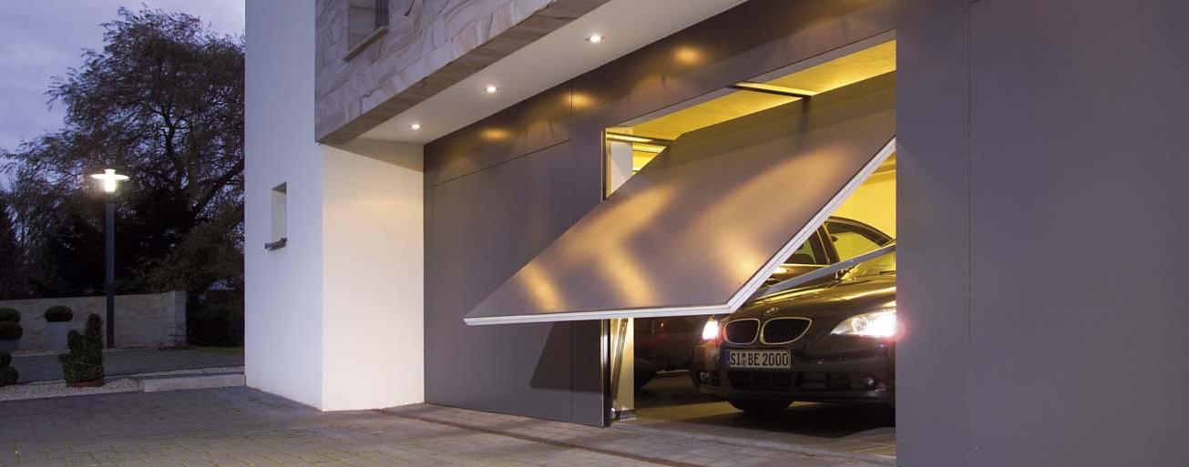 Porte de garage en train de monter pour laisser sortir une BMW